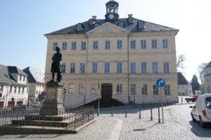 Rathaus in Hainichen mit Gellert-Denkmal