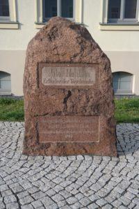 Gedenkstein an den Erfinder der Taschenuhr