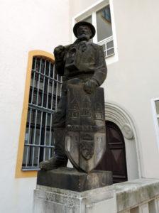Statue eines Bergmanns mit dem Freiberger Stadtwappen