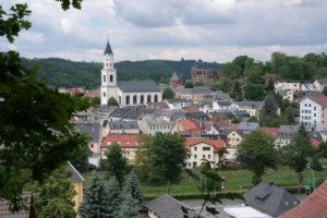 Blick auf Elsterberg mit Kirche und Burgruine