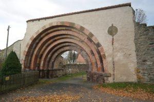 Romanisches Eingangstor zum Klosterareal
