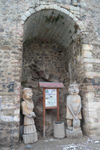 Holzfiguren im Schlosshof Klippenstein