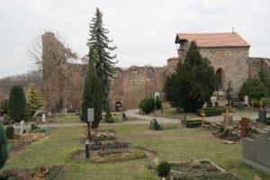 Nikolaifriedhof mit Kirchruine