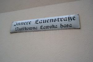 zweisprachiges Straßenschild in der Oberlausitz