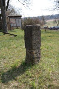 Alter Entfernungsstein in Hinterhermsdorf