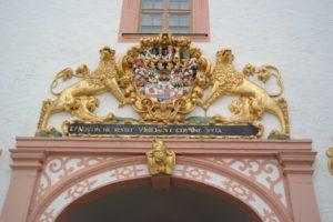 Am Eingangsportal des Schloss Augustusburg
