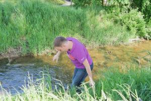 Bachwasser kann ganz schön kalt sein.