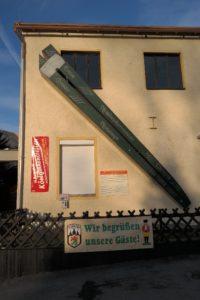 Die größte Nusszange im Nussknackermuseum