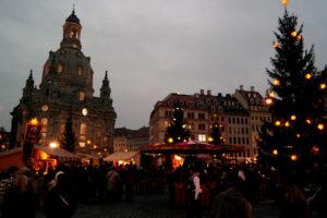 Historischer Weihnachtsmarkt vor der Frauenkirche in Dresden