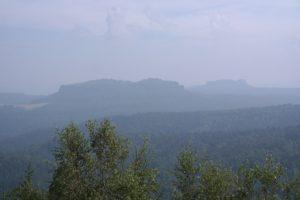 Der Pfaffenstein mit Barbarine (rechts) vom Bernhardstein aus gesehen