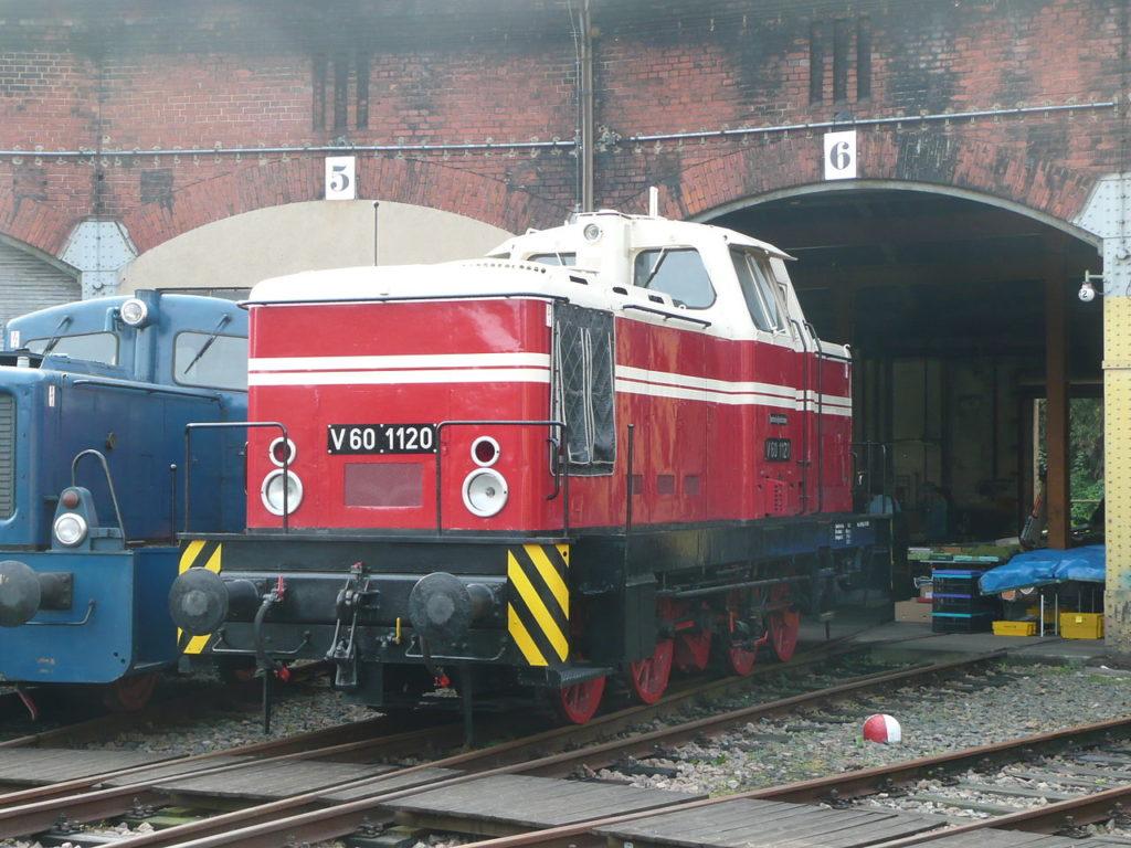 """Lok V 60 1120 im Sächsischen Eisenbahnmuseum Chemnitz <a href=""""https://de.wikipedia.org/wiki/User:Rainerhaufe"""" class=""""extiw"""" title=""""de:User:Rainerhaufe"""">Rainerhaufe</a> in der <a href=""""https://de.wikipedia.org/wiki/"""" class=""""extiw"""" title=""""de:"""">Wikipedia auf Deutsch</a>"""