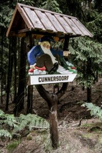 holzgeschnitzte Wegweiser nahe Cunnersdorf