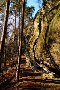 Wanderweg entlang von Kletterfelsen